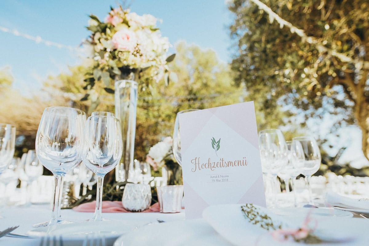 Nahaufnahme der Dekoration am Hochzeitstisch.