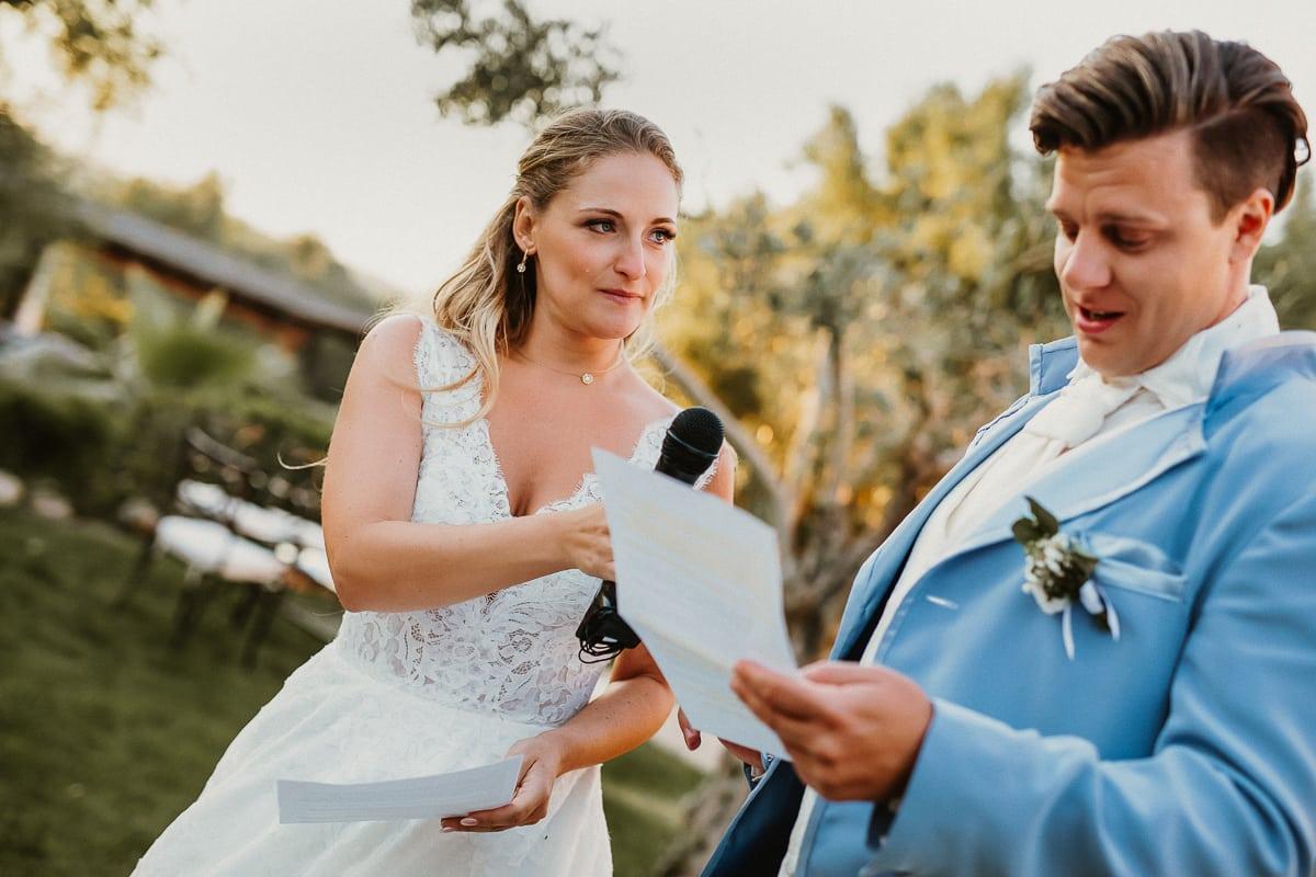 Der Bräutigam während der Eröffnungsrede. Die Braut gibt ihm das Mirkofon. Ihr läuft eine Freudenträne über die Wange.