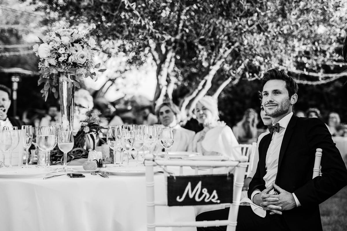 Der Bruder der Braut während des Zuhörens der Tischreden.