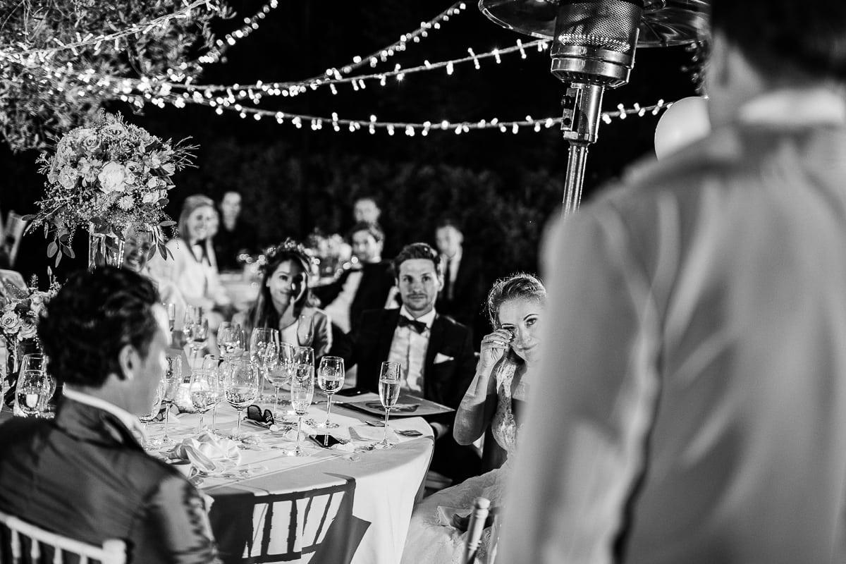Blick auf die zu Tränen ergriffene Braut währenddem sie zuhört.