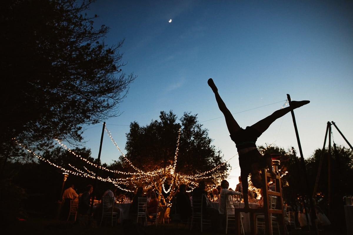 Während des Abendessens treten Akrobaten auf. Blick auf die Hochzeitsgesellschaft mit den Lichterketten.