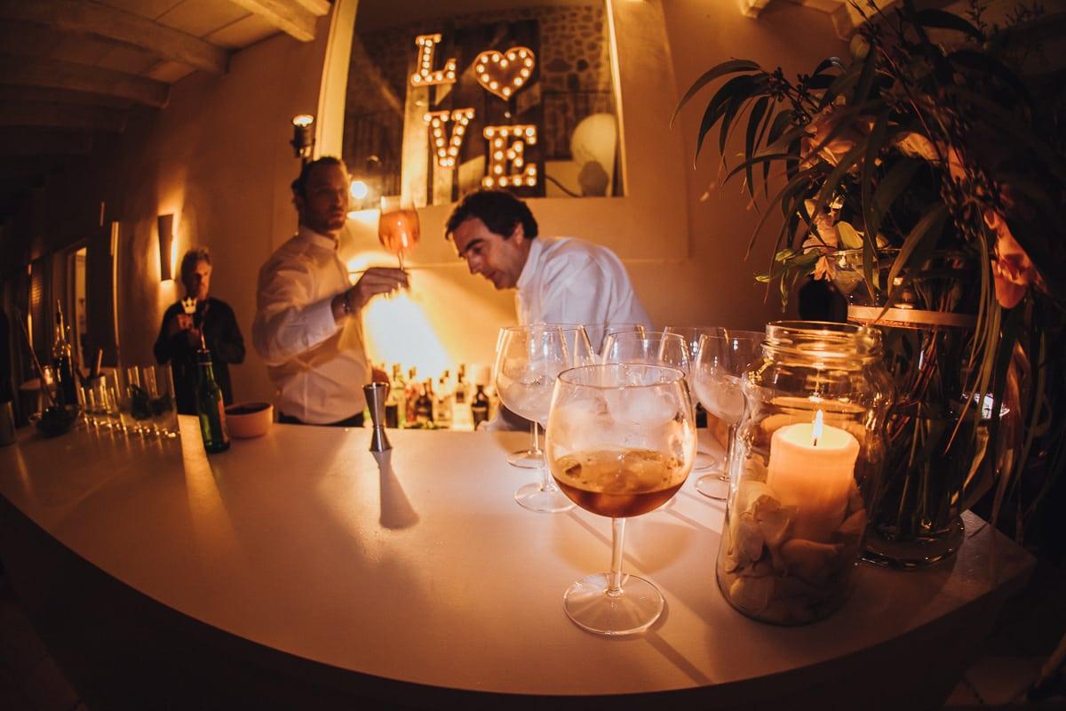 Die Tanz Bar ist eröffnet. die Kellner servieren die ersten Drinks.