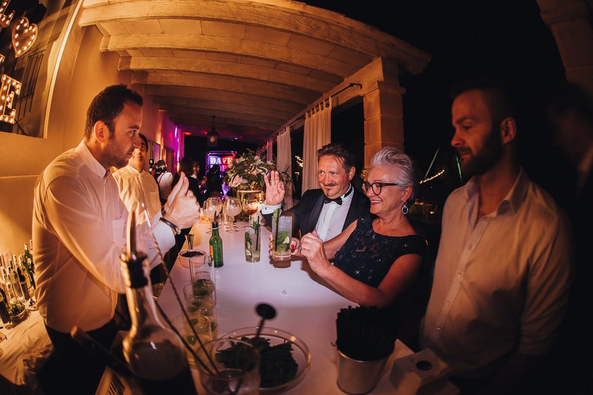Fröhliche Interaktion mit den Eltern der Braut und den Kellnern.