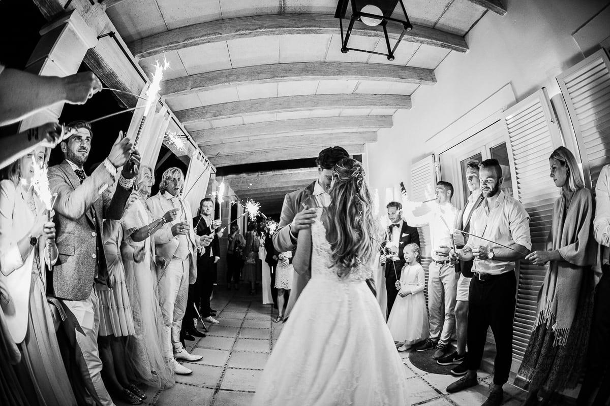 Der erste Tanz des Brautpaares am Abend umringt mit den Gästen mit Wunderkerzen in der Hand.