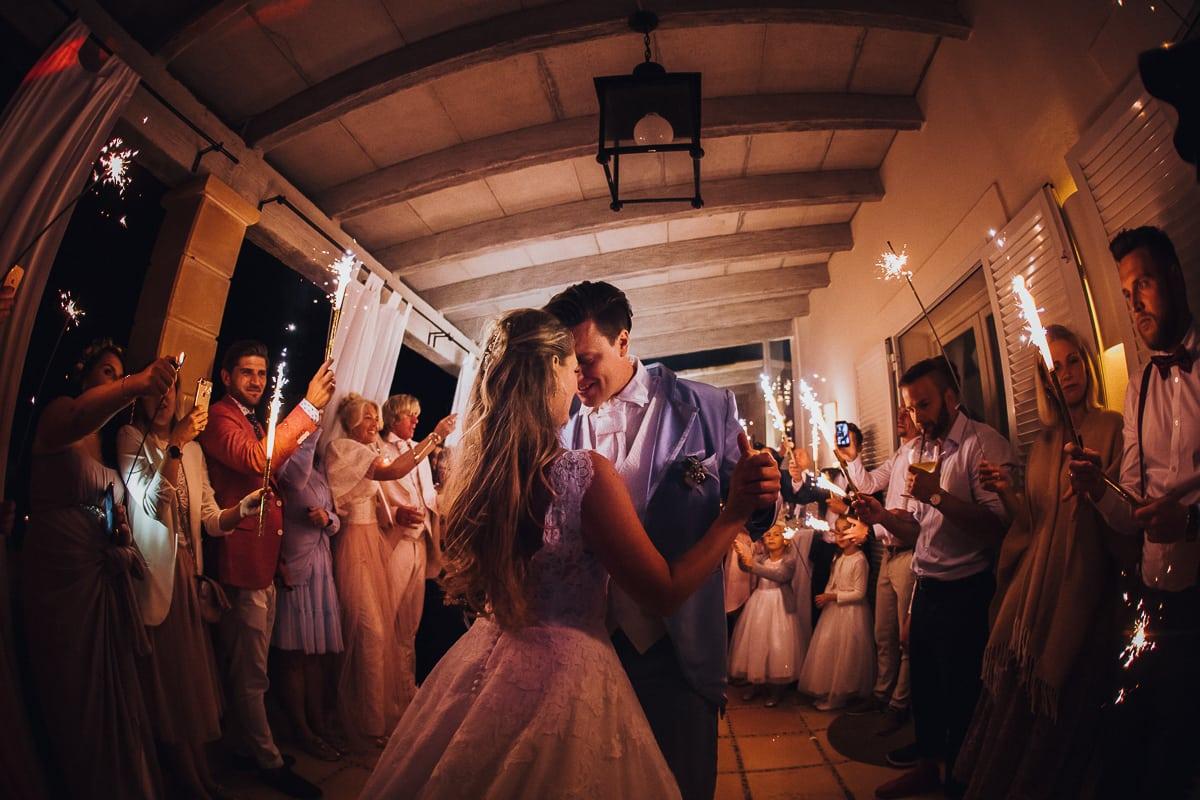 Das kuschelnde Brautpaar während des ersten Tanzes auf der Hochzeitsfinca Tortuga auf Mallorca.
