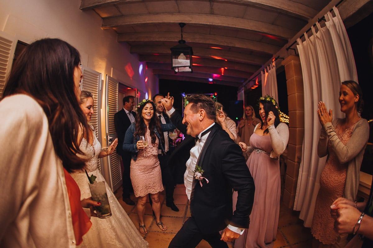 Der Brautvater tanzt ab umringt von jungen weiblichen Gästen.