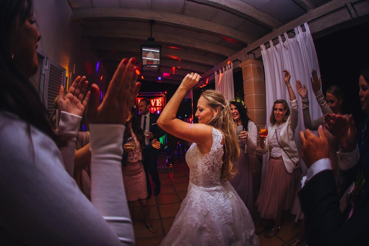 Die Braut tanzt auf ihrer Hochzeitsparty.
