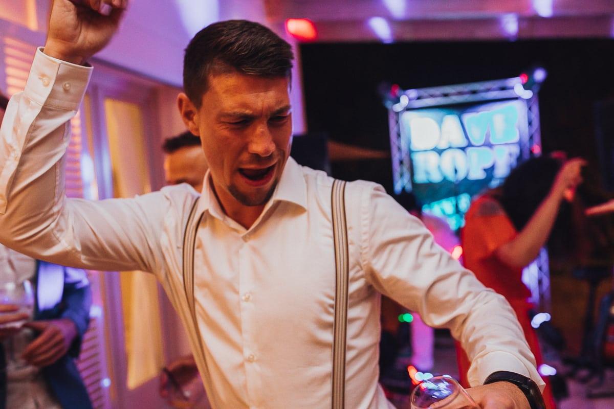 Der Freund des Bräutigams rockt die Tanzfläche.