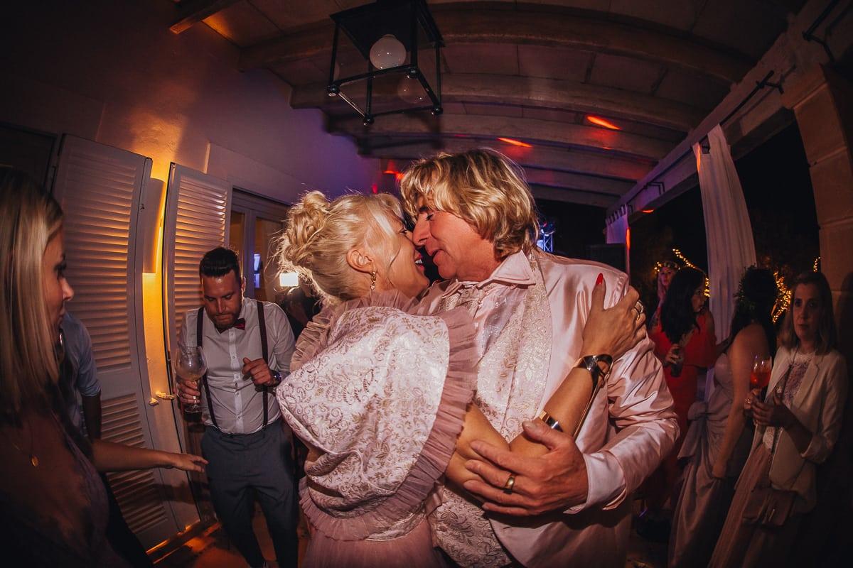 Die Eltern des Bräutigams tanzen verliebt mitten auf der Tanzfläche der Hochzeitsparty.