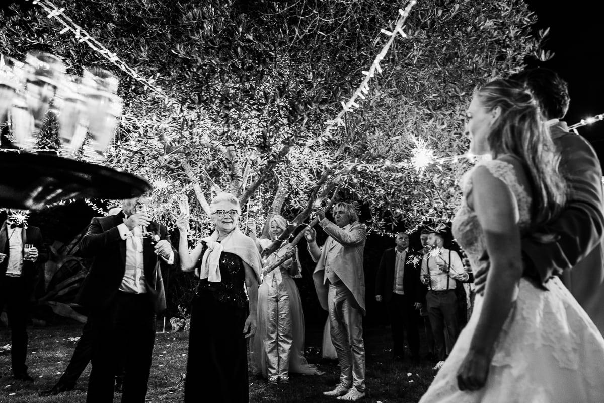Die Brautmutter hat um Mitternacht Geburtstag und wird unterm Lichterkettenbaum mit Champagner überrascht.