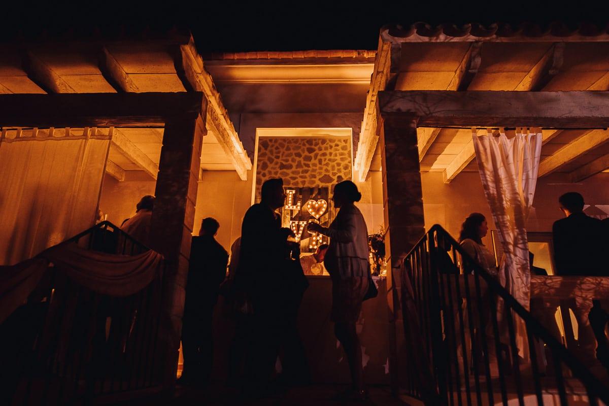 Nähere Aufnahme der Hochzeitsparty Terasse in der Ambientebeleuchtung als Abschlussbild des Abends.