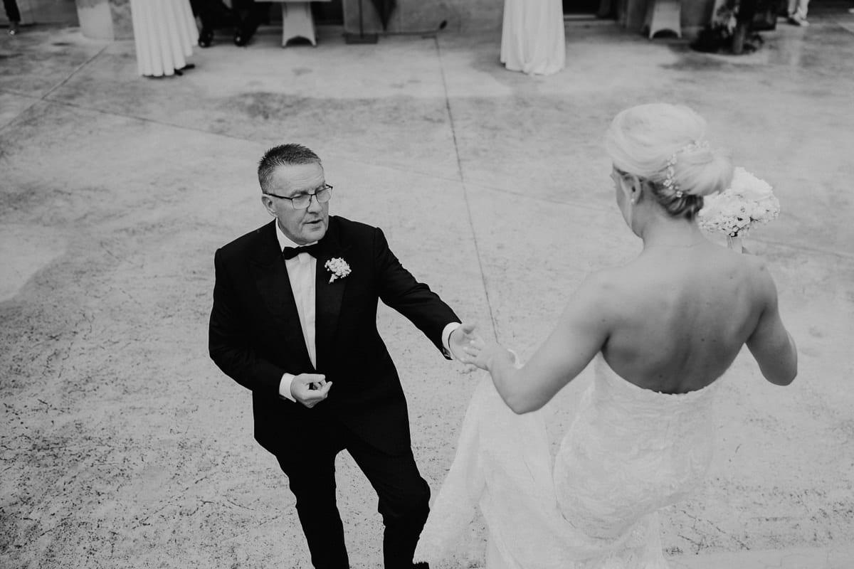 Der Brautvater empfängt seine Tochter vor der Zeremonie.