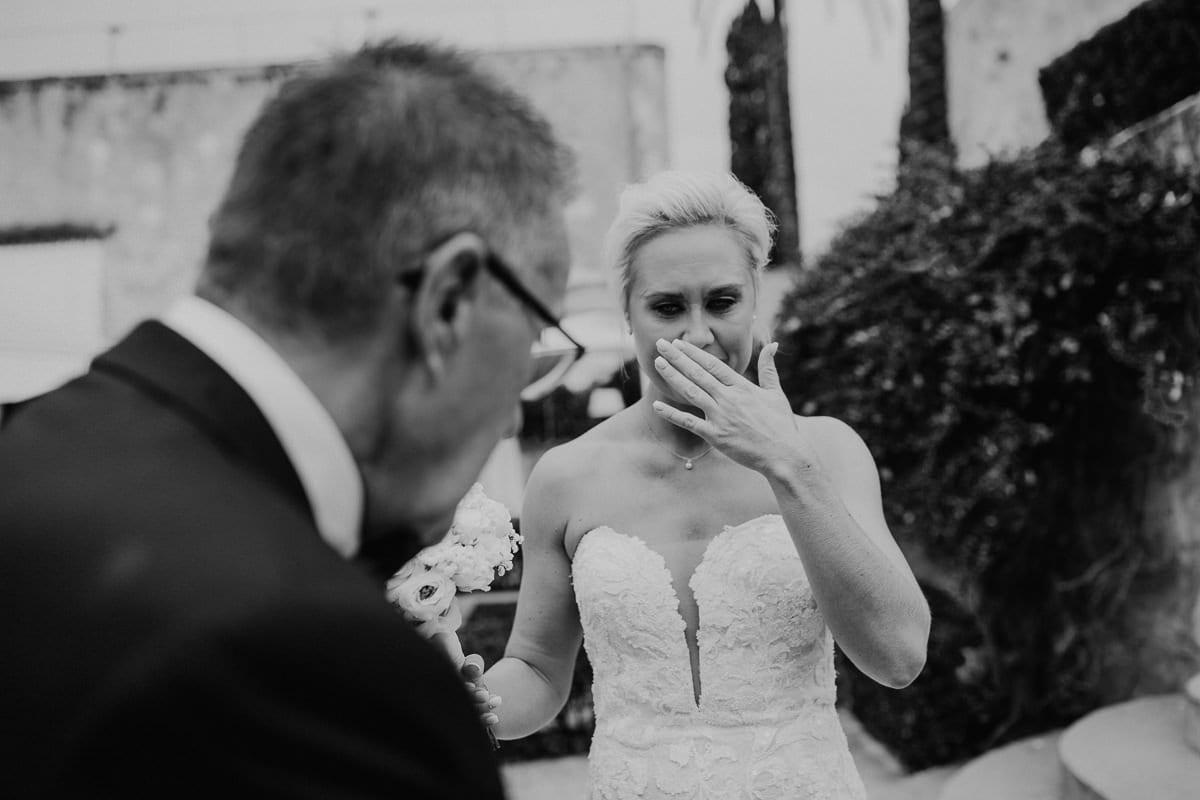 Die Braut weint vor Emotion als sie ihr Vater empfängt um zum Altar zu gehen.