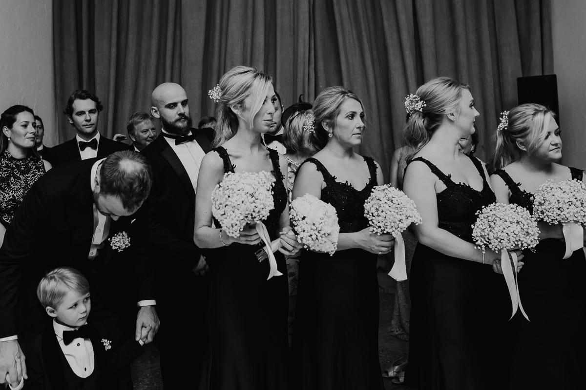 Die Trauzeuginnen und der kleine Neffe der Braut während der Zeremonie.
