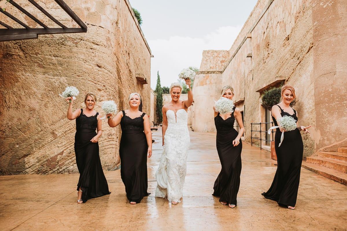 Die Mädels und die Braut laufen laut singend auf die Kamera zu.