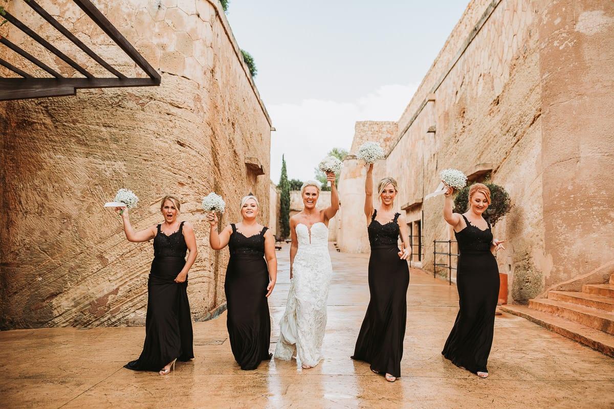 Die Braut und ihre Bridesmaids laufen singend auf die Kamera zu.