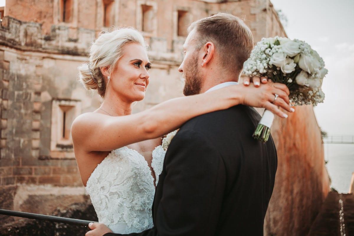 Nahaufnahme des Brautpaars am Eingang vom Hotel Cap Rocat auf Mallorca.
