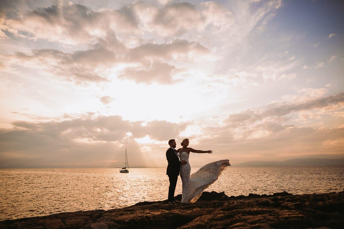 Mein Lieblingsfoto aus dem Brautpaar photo shoot direkt am Meer im Hotal Cap Rocat. Die Braut wirbelt ihr Kleid nach oben.