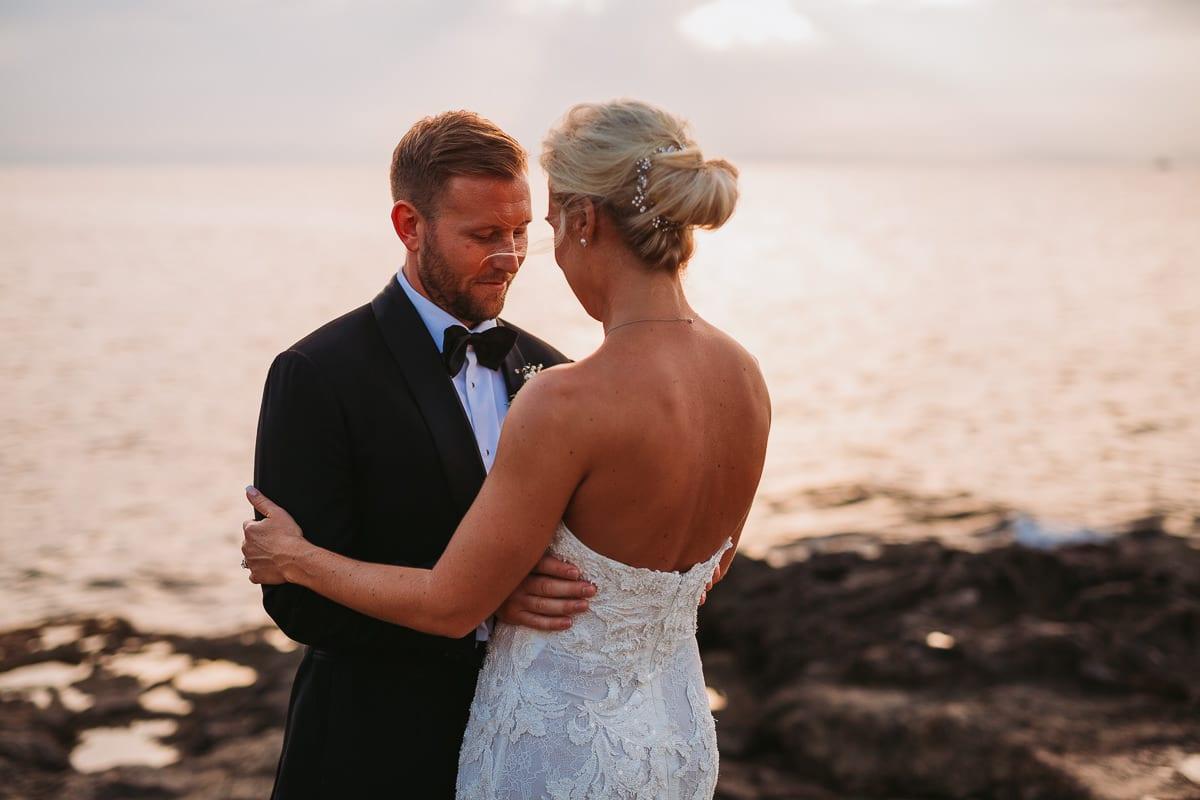 Der Bräutigam schaut seine Braut liebevoll an.