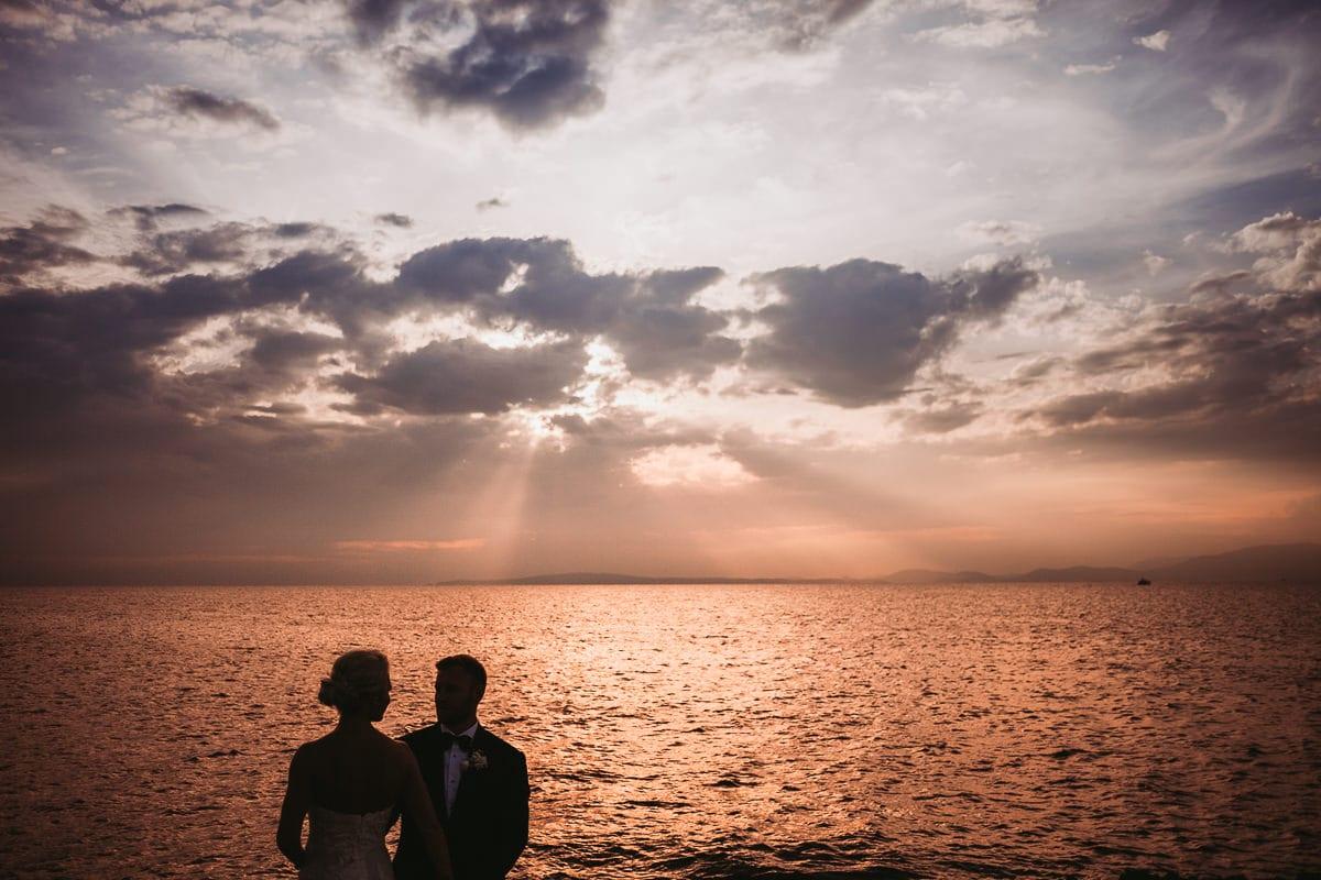 Brautpaar als Silhouette vor dem mystischen Sonnenuntergang.