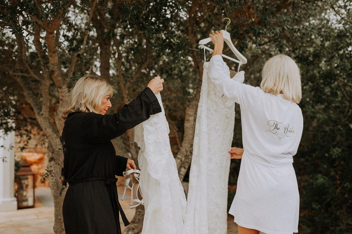 Die Braut und ihre Mutter hängen das Kleid zum Auslüften nach draussen.