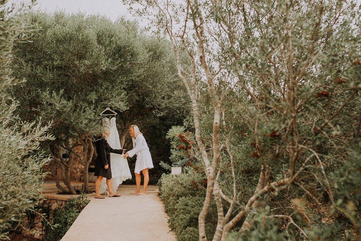 Braut und Brautmutter mit dem Brautkleid am Olivenbaum hängend.