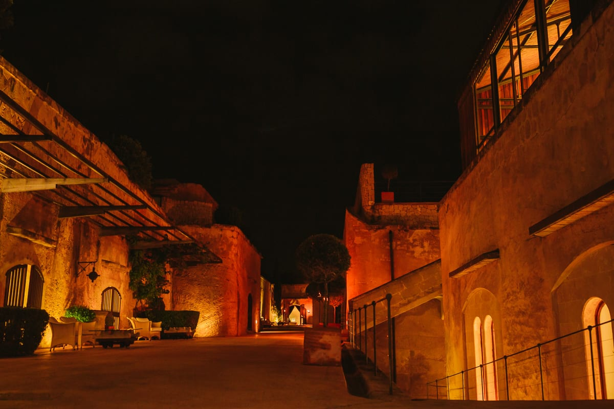 Die toll ausgeleuchtete Hochzeitslocation Cap Rocat bei Nacht.