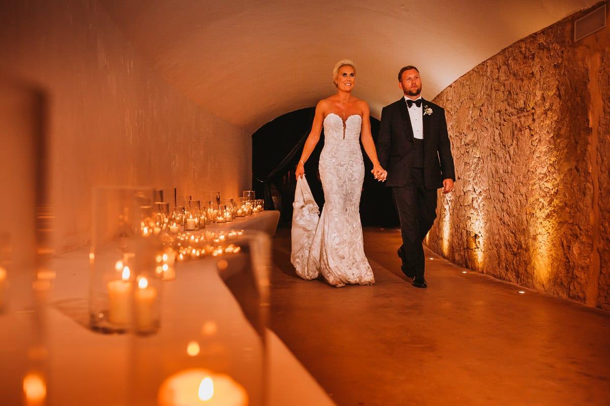Das Brautpaar auf dem Weg zur Hochzeitsparty.