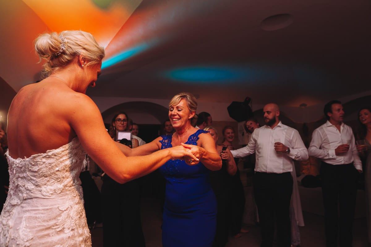 Die Braut tanzt mit ihrer Mutter.