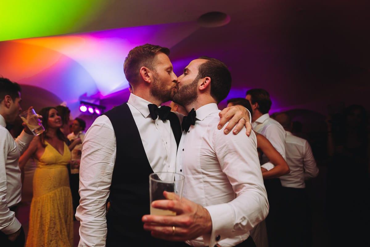 Der Bräutigam küsst aus Spass einen Trauzeugen direkt auf den Mund.