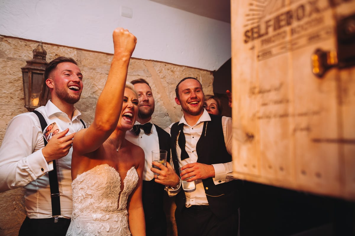 Die Braut hat totalen Spass mit der Selfiebox, unserem Photo booth