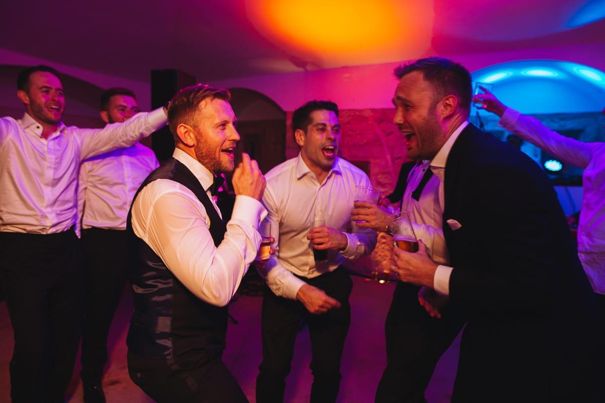 Die tanzenden groom-mens auf der Hochzeitsparty im Cap Rocat.