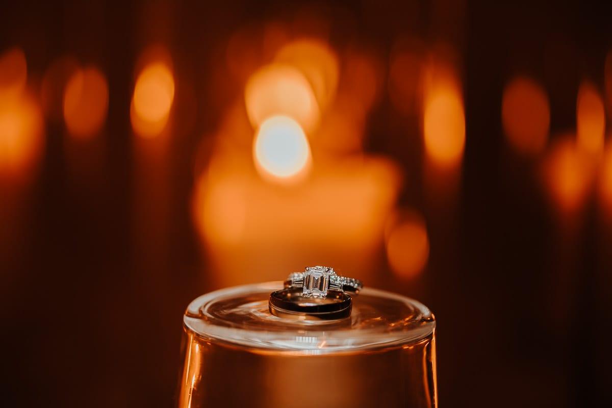 Die Trauringe vor Kerzenschein.