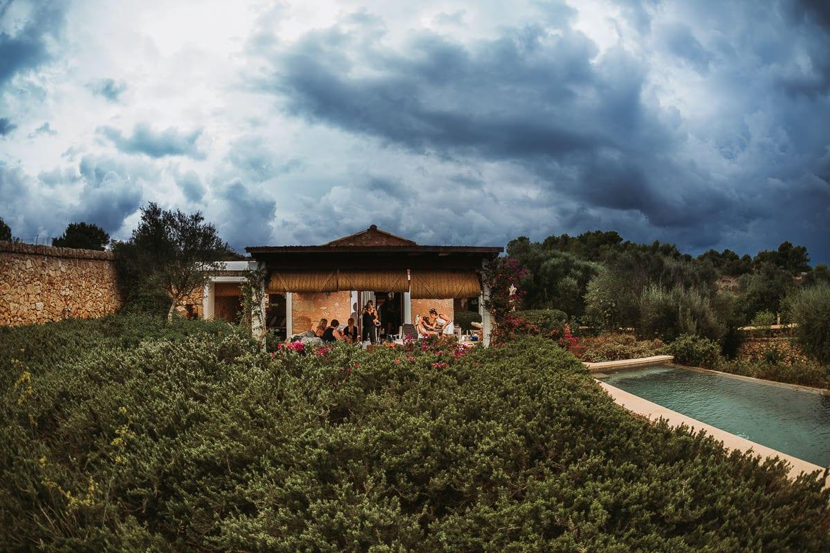 Imposantes Foto des Apartment der Braut mit mystischen Regenwolken.