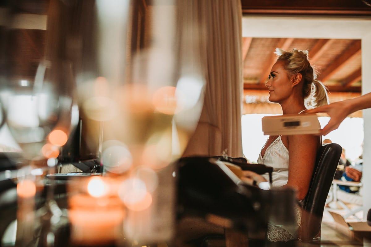 Braut während dem Frisieren.