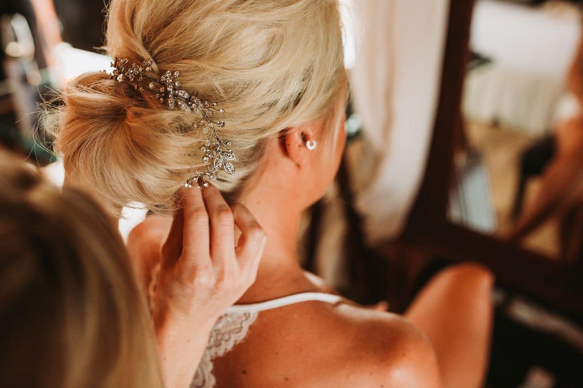 Anstecken des Haarschmucks der Braut.
