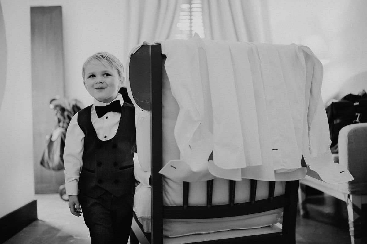 Der kleine Neffe der Braut bei den Männern im Umkleidezimmer.