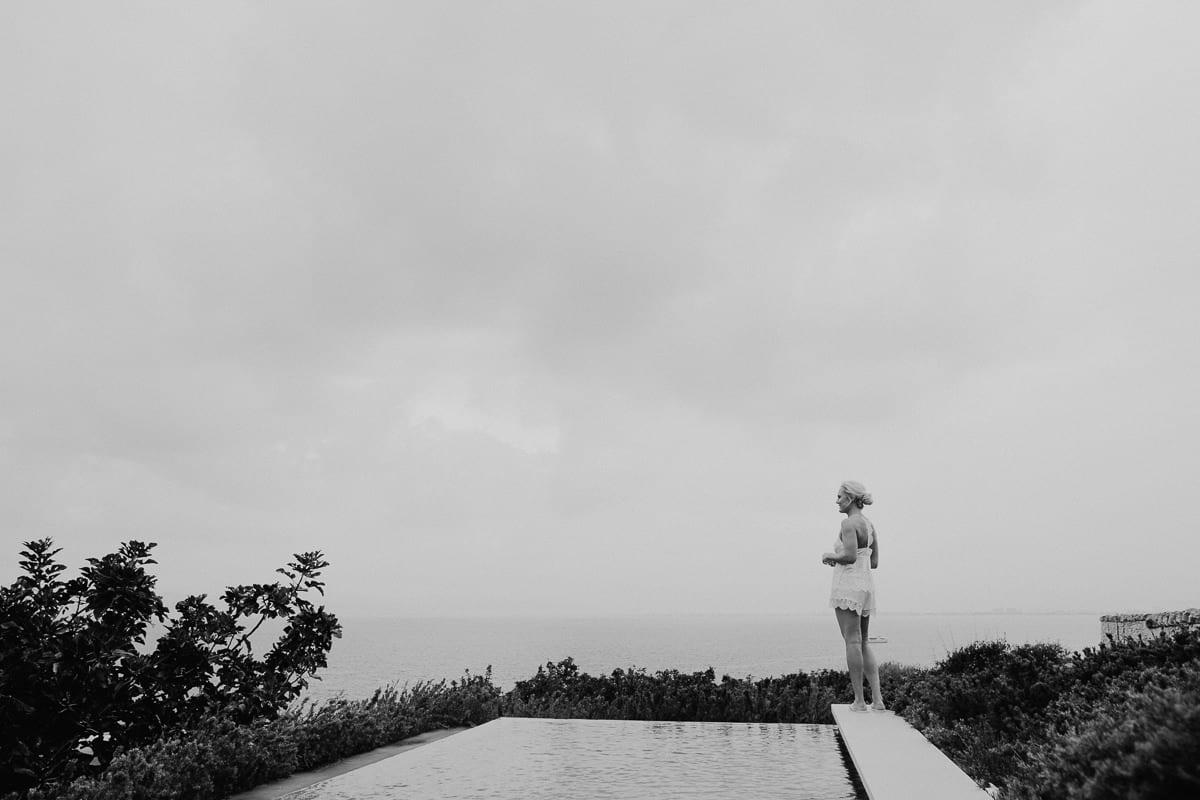 Die Braut schaut verträumt in die Landschaft.