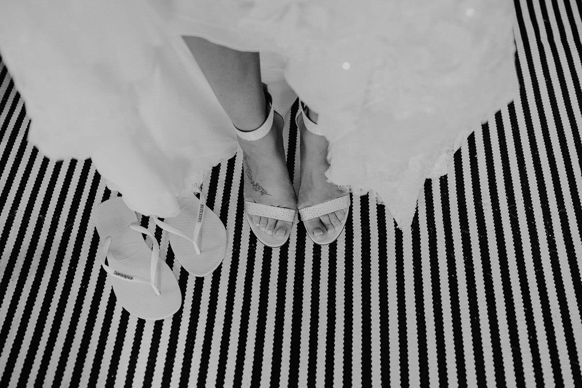 Die Braut in ihren Schuhen und neben ihr ihre Hawaianas.