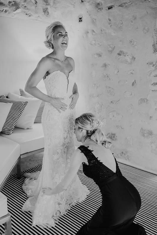 Die Braut muss herzhaft lachen.
