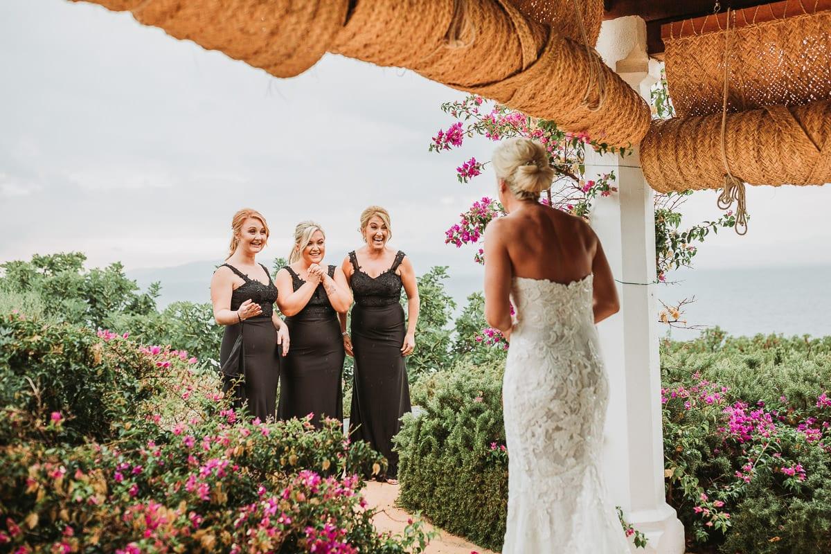 Die Trauzeuginnen sehen zum ersten Mal die Braut und sind gerührt.