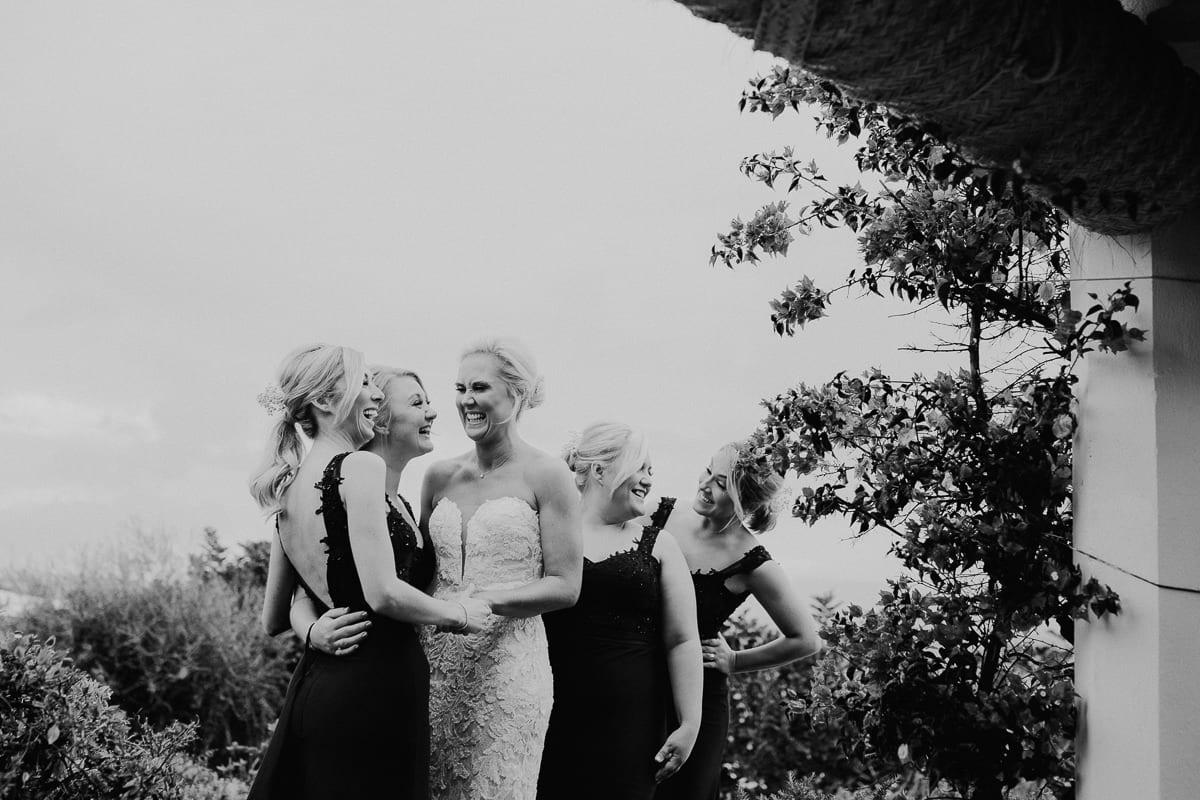 Die Braut und ihre Trauzeuginnen nach dem first view.