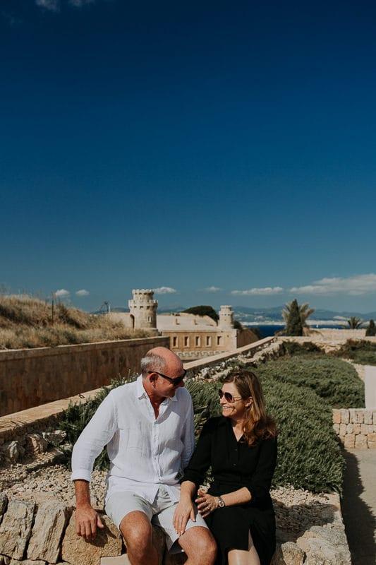 Das glückliche Brautpaar über der Luxus Hochzeitslocation Cap Rocat.