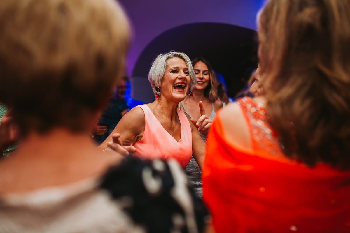Partygäste am Tanzen.