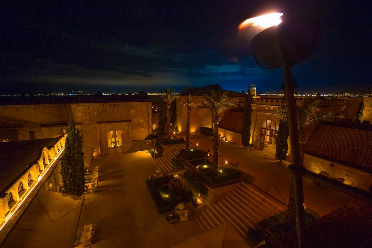 Das Cap Rocat Hotel bei Nacht von oben.