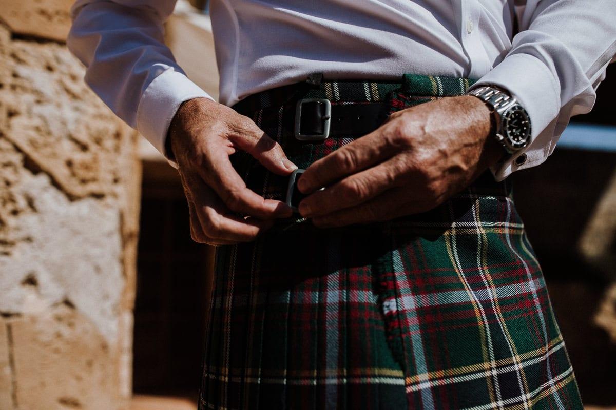 Der Bräutigam schliesst seinen schottischen Kilt.