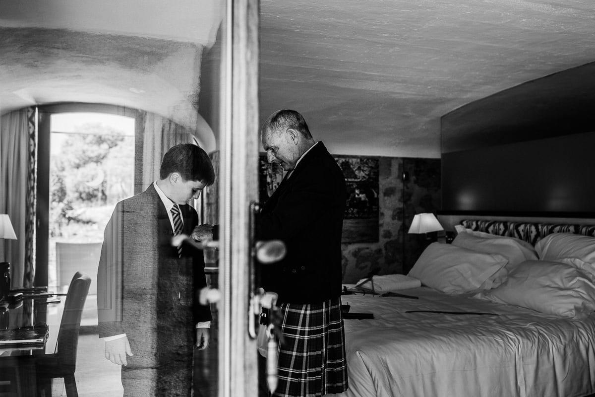 Letzte Vorbereitungen des Bräutigams und seinem Sohn.