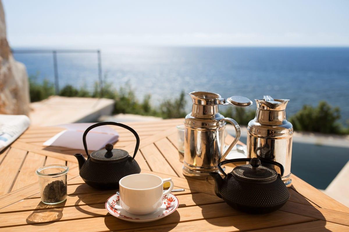 Gemütliche Detailaufnahme des Kaffee service mit Blick auf das Meer.