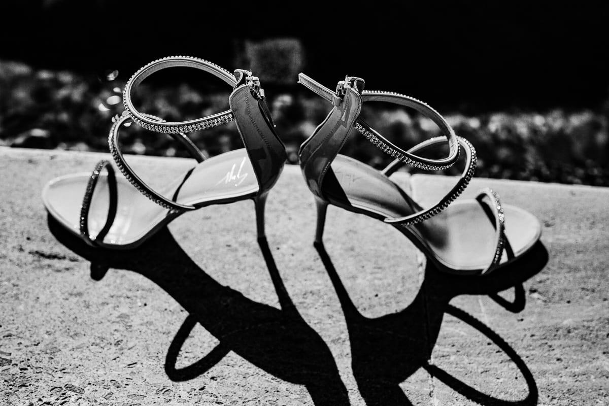Schwarzweiss Foto der Brautschuhe.