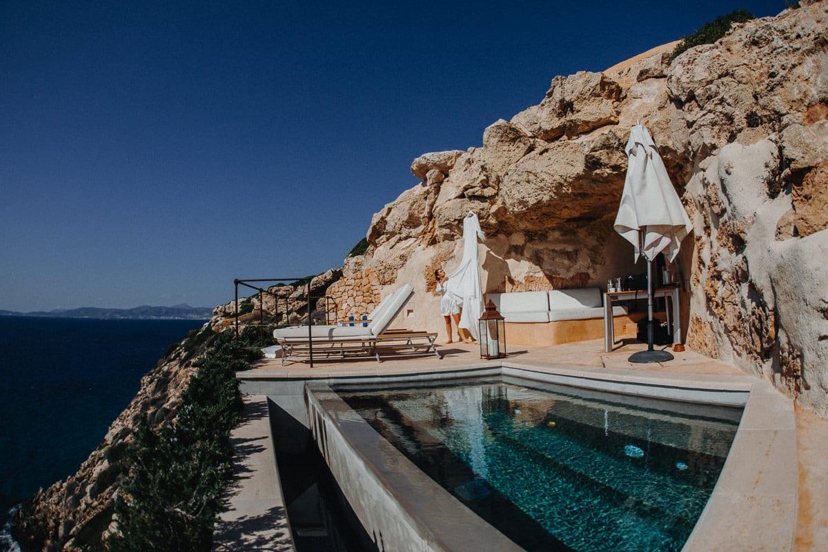 Blick auf die atemberaubende Terrasse im Hotel Cap Rocat. Die Tochter der Braut betrachtet das Brautkleid.